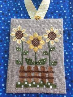 Fall Cross Stitch, Cross Stitch Kitchen, Mini Cross Stitch, Cross Stitch Needles, Cross Stitch Cards, Simple Cross Stitch, Cross Stitch Rose, Cross Stitch Flowers, Cross Stitching