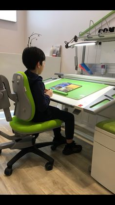 「Right reading posture」 ☆ feet on floor ☆ arms and shoulders are relaxed ☆ the back is well supported Gaming Chair, Arms, Relax, Canada, Flooring, Reading, Children, Furniture, Home Decor