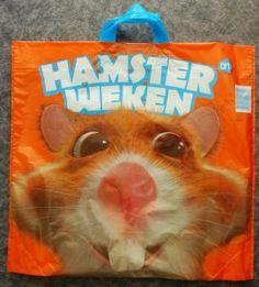 Albert Heijn maakt promotie voor de Hamsterweken door de actieweek op de boodschappentassen te communiceren waardoor ze reclame maken als de consument hier mee rondloopt.