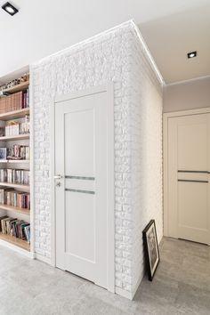 Biały korytarz ze ścianą z cegły., Zobacz więcej na: https://www.homify.pl/katalogi-inspiracji/26431/biale-wnetrza-na-5-sposobow