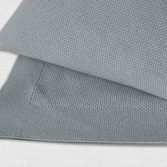 Kuschelige Baumwolldecke von Evelyn Kahle in vier Farbtönen und zusätzlich bestellbaren Kissenbezügen.