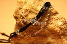 Pulsera realizada con cola de ratón en color negro, entrepieza de elefantito y cadena en metal.