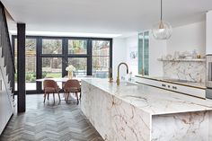 oak parquet combined with a kitchen island made of Paonazzo marble and . Fragrant oak parquet combined with a kitchen island made of Paonazzo marble and .,Fragrant oak parquet combined with a kitchen island made of Paonazzo marble and . Marble Kitchen Island, Oak Floors, Fresh Kitchen, Kitchen Design, Parisian Kitchen, Kitchen Design Trends, Elegant Homes, Kitchen Marble, Kitchen Room Design