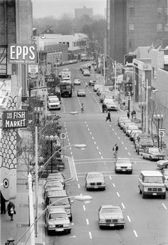 Cars and pedestrians cruise along Chatham Street on Nov. 14, 1989. Chatham Street looking east is pictured in this file photo.  (RANDY MOORE/The Windsor Star)