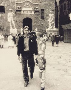 Rare pic of Harrison Ford and his son Malcolm walking through Piazza Signoria, Florence, Italy Harrison Ford Son, Harrison Ford Indiana Jones, Golden Age Of Hollywood, Vintage Hollywood, Malcolm Ford, Harison Ford, William Christopher, Leia Star Wars, Star Wars Love