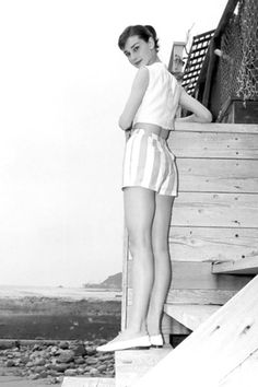 suns out which means shorts time - audrey hepburn style! Audrey Hepburn Outfit, Audrey Hepburn Mode, Audrey Hepburn Photos, Audrey Hepburn Fashion, Aubrey Hepburn, Vintage Versace, Vintage Dior, Vintage Vogue, Vintage Glamour