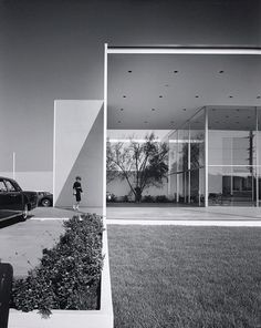 Julius Shulman    http://www.iainclaridge.co.uk/blog/wp-content/uploads/0910/julius_shulman1.jpg