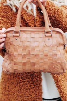 Einfach kann jeder - diese Tasche ist aber etwas besonderes. Der Shopper aus weichem und flexiblem Ziegenleder überzeugt mit seinem einzigartigen Design und unbestechlicher sportlicher Eleganz.