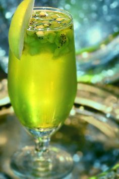 Apple och Kiwi - No alcoholic - recept Kiwi, Smoothie Drinks, Smoothies, Non Alcoholic Wine, Cocktail And Mocktail, Sangria Wine, Candy Drinks, Pumpkin Smoothie, Christmas Cocktails