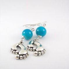 Boucles d'oreille métal argenté , perles en verre bleu et sa breloque petite pieds