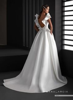 Classic and minimalist style wedding dress where the sweetness of the silk pique is combined with a careful boat neckline pattern and a wide neckline decorated with flounces ending in a bow from which a majestic princess skirt with pockets emerges. Manu Garcia, Simple Wedding Gowns, Sheath Wedding Gown, Princess Wedding, Pretty Dresses, Bridal Dresses, One Shoulder Wedding Dress, Marie, Moroccan Wedding