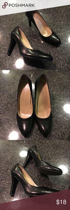 Lauren Ralph Lauren Black Heels - 7B Lauren Ralph Lauren Black Heels - 7B. In great condition, a little bit snug for me (7.5) so i am selling them. Any questions, please ask :) Lauren Ralph Lauren Shoes Heels