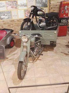 Museo Sala Team - Motocarro R.O.A. (Rafael Onieva Ariza) con motor Hispano-Villiers. Esta empresa madrileña se especializó en motocarros carrozados, muy usados como vehículos comerciales. En el transportín lleva una moto Rovena, segunda marca de la también española Sanglas.