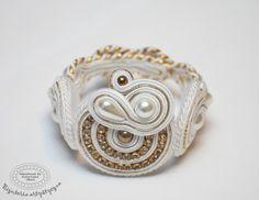 www.facebook.com/... Rękodzieło-biżuteria sutasz. Handmade-soutache jewellery. #wedding #white #bracelet #bransoletka #slub Shibori, Ribbon, Facebook, Rings, Floral, Flowers, Handmade, Jewelry, Fashion