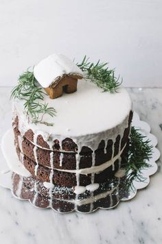 We love this Christmas cake decoration idea