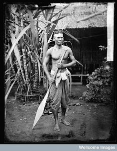 A Siamese boatman with his oar, photo John Thomson, circa 1865. Courtesy of the Wellcome Library.