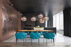 ściana z miedzianych paneli, salon, turkusowe fotele, czarny sufit, miedziane lampy