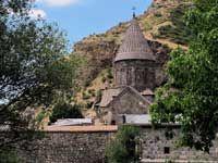 Foto di viaggio di Giuseppe Pompili,  Mio omonimo, uno dei più grandi scalatori. Qui in Armenia Monastero di Geghard