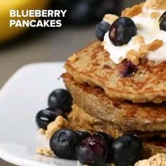 Ingredients📝 (For 4 servings)⁣ 2 ripe bananas⁣ 2 eggs⁣ 1 tsp vanilla extract⁣ ½ cup quick-cook oats g)⁣ ½ cup blueberry g)⁣ ⁣ 👩‍🍳Preparation⁣👨‍🍳 ⁣ Mash the bananas in a large bowl until it Baby Food Recipes, Snack Recipes, Dessert Recipes, Cooking Recipes, Healthy Breakfast Recipes, Healthy Snacks, Plats Healthy, Tasty Videos, Smoothie Recipes