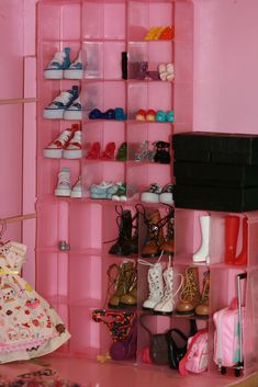 Barbie Dolls : Bead boxes glued to wall for shoe display. Ag Dolls, Girl Dolls, Barbie Dolls, Barbie Doll House, Barbie Dream House, Diy Barbie Furniture, Dollhouse Furniture, Barbie Storage, Barbie Organization