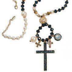 Colar feminino com cristais nas cores azul e dourado, pérolas, mini-cruzes em metal e detalhes em strass. Cruz central com detalhes em strass azul. R$187,50.