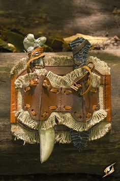 """Dieser massive Waffenhalter aus Leder ist das perfekte Accessoire für jeden rauen LARP-Charakter. Mittels Lederschlaufen lässt sich der Halter am Gurt befestigen.  Achtung: Im Lieferumfang die Wurfdolche """"Wurfdolch Bone 21,7cm"""" und """"Wurfdolch Stone 19,5cm"""" inklusive!  Größe: Onesize (verstellbar) Farbe: Braun Material: Leder, Polyurethan"""