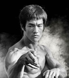 The legendary Bruce Lee Bruce Lee Body, Bruce Lee Art, Bruce Lee Martial Arts, Bruce Lee Quotes, Silvestre Stallone, Artiste Martial, Bruce Lee Pictures, Eminem, Bruce Lee Family