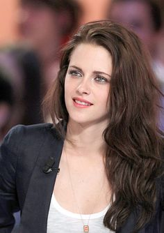 KStew kept it simple and clean for a recent appearance in Paris to promote Snow White and the Huntsman—get her look! Kristen Stewart was picture perfect at a May 9 television show appearance on Le … Kristen Stewart Pictures, Kristen Stewart Hair, Kirsten Stewart, Hollywood Actor, Hollywood Celebrities, Hollywood Actresses, Hollywood Heroines, Icon Girl, Actrices Hollywood