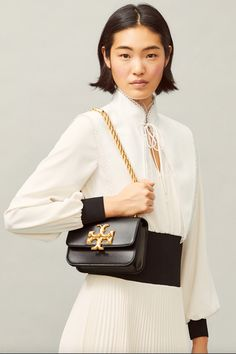 Tory Burch Damen Umhängetasche Eleanor Small Schwarz | SAILERstyle Rope Chain, Metal Chain, Tory Burch, Shops, Bow Blouse, Trends, Small Shoulder Bag, Chanel Boy Bag, Italian Leather
