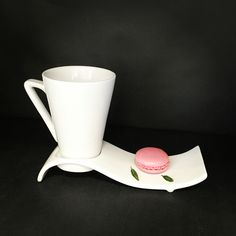 Tasse à café conique  sur plateau vague #porcelaine