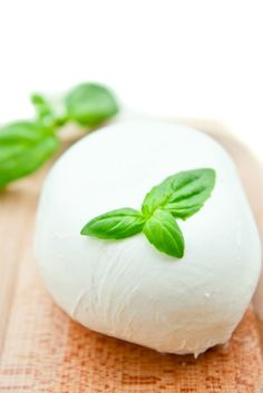 Fresh mozzarella is a delicious way to enjoy an Italian cheese with a milky, buttery flavor. Try it in baked dishes or cold salads, but either way, try it! This isn't your log of deli cheese! Make Mozzarella Cheese, Fresh Mozzarella, Healthy Cooking, Cooking Recipes, Healthy Tips, Butter Cheese, Homemade Cheese, How To Make Cheese, Food Crafts