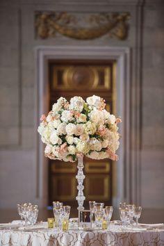 Un centro de mesa elegante puede ser justo lo que tu boda necesita para darle ese toque extra.