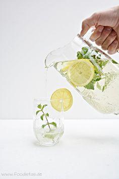 Wunderbar erfrischende Sommer Limonade mit frischen Kräutern.