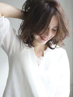 大人ゆるミディアム How To Curl Short Hair, Short Wavy Hair, Short Hair With Layers, Layered Hair, Medium Hair Styles For Women, Short Hair Styles, Middle Hair, Hair Affair, Hair Images