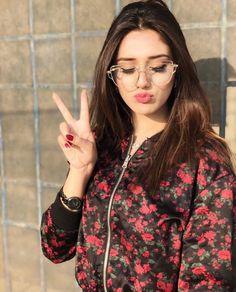 Hottest TikTok beauty Alishba Anjum Wiki, Biography, Age, Facts and Cute Girl Poses, Cute Girl Photo, Girl Photo Poses, Girl Photography Poses, Girl Photos, Cute Girls, Stylish Girls Photos, Stylish Girl Pic, Stylish Dp