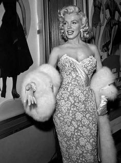 A stunning Marilyn Monroe arriving at the premiere of How To Marry A Millionaire in November 1953 <3