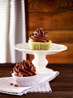 Schokoladige Muffins mit Buttercreme-Topping zum Geburtstag