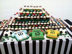 mesa com o tema futebol
