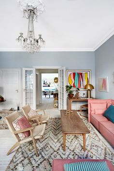 Mette Heiberg jobber med noen av Danmarks flotteste hjem og antikviteter. Hennes egen fargerike bolig er som et monter for hennes mange samleobjekter.