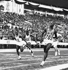 Bob Hayes (USA). Campeón olímpico en Tokio'64 con 10,0s R.O, R.M(i). En semifinales corrió en 9,9s no válidos por viento favorable. Plata para el cubano Figuerola con 10,2s y bronce para el canadiense Jerome, quo,2s. Bob Hayes se pasó al fútbol americano donde llegó a ganar la superbowl en 1971. Sin duda uno de los hombres más rápidos de la historia.