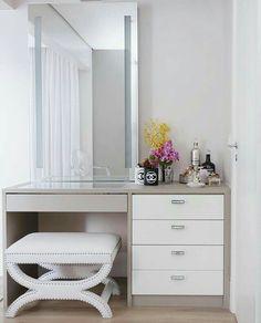 Trendy bedroom desk organization make up diy makeup 28 ideas Bedroom Desk, Bedroom Dressers, Home Bedroom, Bedroom Furniture, Furniture Design, Bedroom With Vanity, Bedroom Makeup Vanity, Makeup Vanity Lighting, Closet Vanity