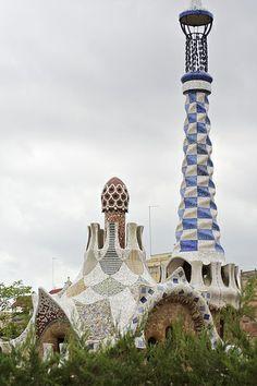 Парк Гуэля - знаменитый парк в верхней части Барселоны, созданный Антонио Гауди в 1900—1914 годах. ентральный вход с двумя совершенно фантастическими по форме домиками является наиболее замечательным уголком парка. Левый павильон с пинаклем, увенчанн  Трансфер из Барселоны в Аэропорт  и Качественный трансфер, многолетний опыт работы с клиентами, Билеты на футбольные матчи   трансфер, отдых, #travel