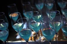 Discover the blue bar ritual Blue Bar, Gatsby, White Wine, Alcoholic Drinks, Friday, Glass, Drinkware, Corning Glass, White Wines