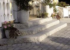 Trappor och entréplan New England Hus, Stone Walkway, Garden Stones, Garden Inspiration, Curb Appeal, Exterior Design, Garden Landscaping, Outdoor Spaces, Decoration