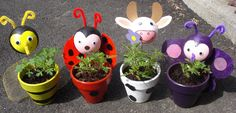 J'ai piqué l'idée de ces pots de fleurs sur le forum, mais je ne sais plus à qui !!!! Nous les avons réalisés pour les vendre à la fête de fin d'année et i... Clay Flower Pots, Painted Flower Pots, Clay Pots, Clay Pot Crafts, Easy Crafts, Diy And Crafts, Ladybug Rocks, Funny Christmas Cards, Art Activities