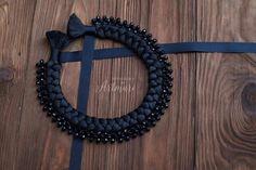 Шикарное колье-коса ручной работы. Выполнено из шелковых нитей. Декорировано хрустальными бусинами и репсовыми…