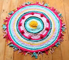 Really fun and detailed tutorial on how to make rag rug from old t-shirts, and how to weave beautiful rugs on a cardboard loom or hula hoop loom! Hula Hoop Tapis, Hula Hoop Rug, Diy Quilt, Rag Rug Diy, Rag Rugs, Tshirt Garn, Bee Crafts, Boho Diy, Tear