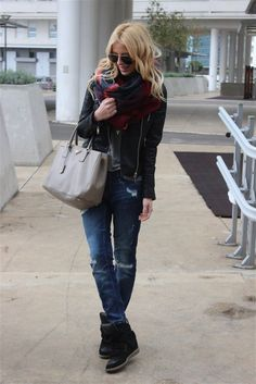 Look stylish and modern this fall. Inspire yourself for fall outfits with these gorgeous ideas. Oversized scarf or oversized jumper in combinations with Cute Fall Outfits, Stylish Outfits, Fashion Outfits, Stylish Clothes, Women's Fashion, Fashion Ideas, Wedges Outfit, Fall Chic, Street Style