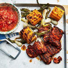 Kycklinglårfilé sviker aldrig på grillen! Det är en lika saftig som smakrik detalj, lätt att smaksätta med det mesta. Här gör vi det enkelt för oss och använder en färdig grillrub. Den rostade tomatsalsan får en fin sötma av att tomaterna först grillas en stund.