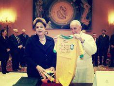 La presidente del Brasile... regala al Papa la maglia tarocca!  http://tuttacronaca.wordpress.com/2014/02/26/la-presidente-del-brasile-regala-al-papa-la-maglia-tarocca/